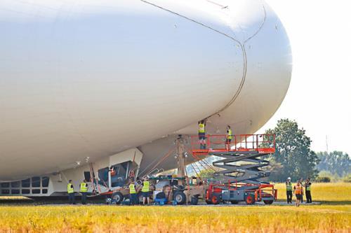 全球最大飞行器撞上被电线杆 上演史上最慢坠机