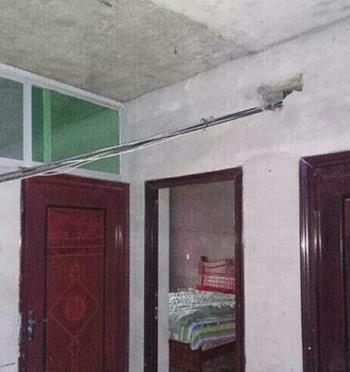 南部一村民房屋被通信光缆穿墙而过数年