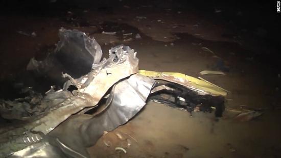 阿尔及利亚一军机撞高压电线坠毁