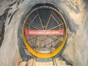 白鹤滩水电站世界首台百万机组首节压力钢管开始安装
