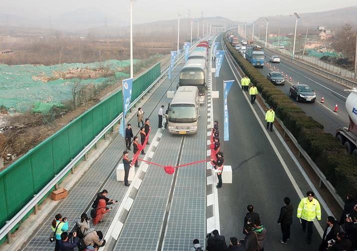我国首个承载式光伏高速公路试验段在济南通车