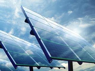共晶光伏为贫困户安装太阳能光伏发电板