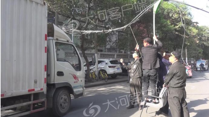 工程车挂断电缆 郑州一道路发生严重拥堵