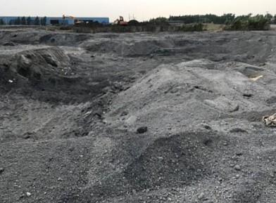 沙钢百万吨钢渣违规堆放 附近水质被污染