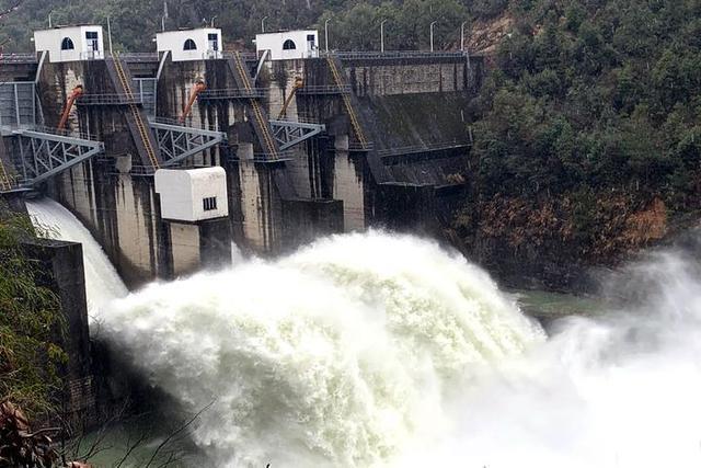 持续降水 2座水电站开闸泄洪