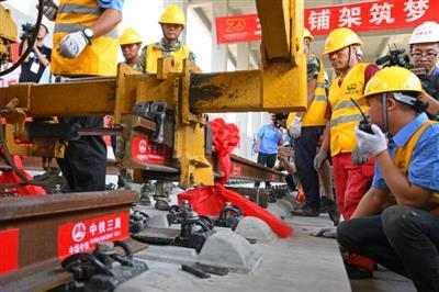 京张高铁北京段完成全线轨道铺轨
