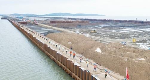 太湖隧道项目152人突击布设3万斤高压电缆
