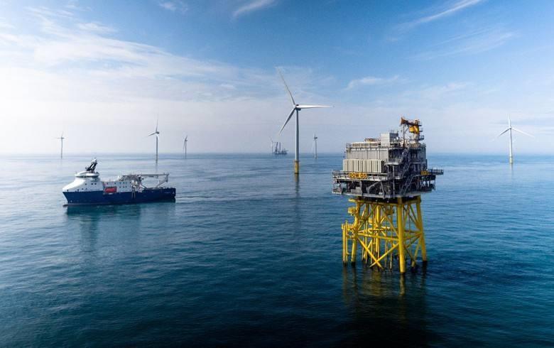 国内首座1200吨自航自升式风电安装平台首吊成功