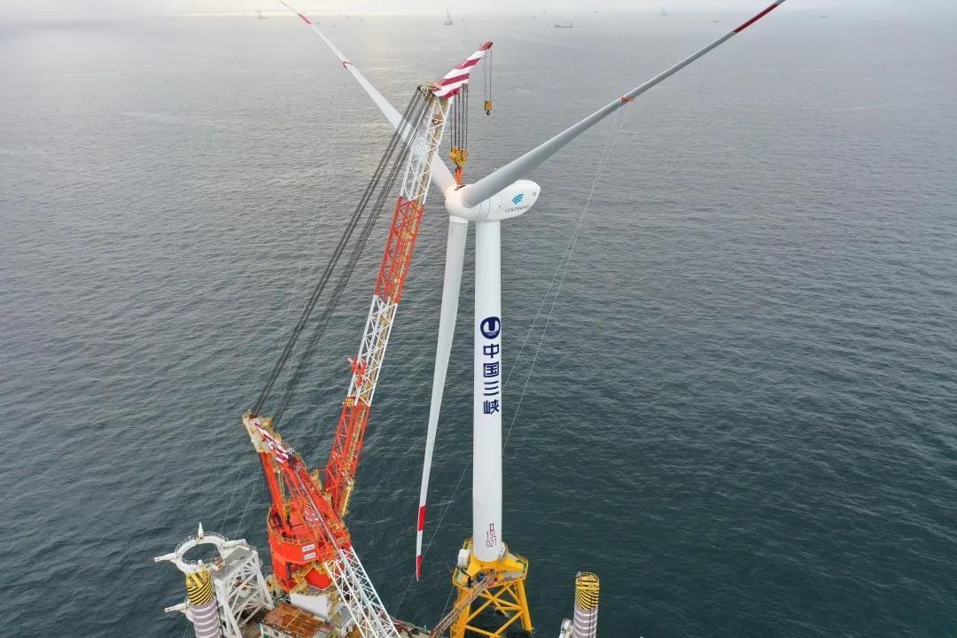 中国南海海域首台6.45兆瓦海上风机吊装成功
